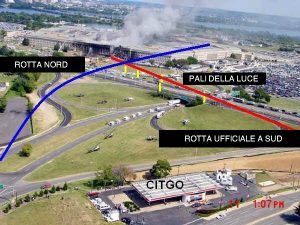 Foto aerea del Pentagono su cui sono segnate le possibili rotte dell'oggetto volante che ha colpito l'edificio