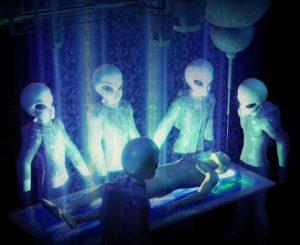 Ricostruzione immaginaria di Alieni intorno ad un rapito in stato di incoscienza